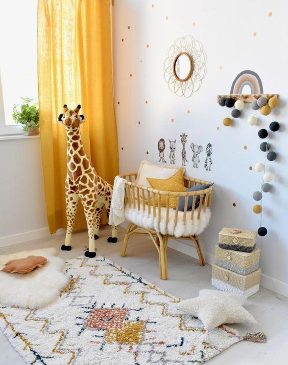 une pépinière lumineuse et fraîche avec un mur à pois, des tapis lumineux, un berceau avec des oreillers, des jouets et des touches de jaune