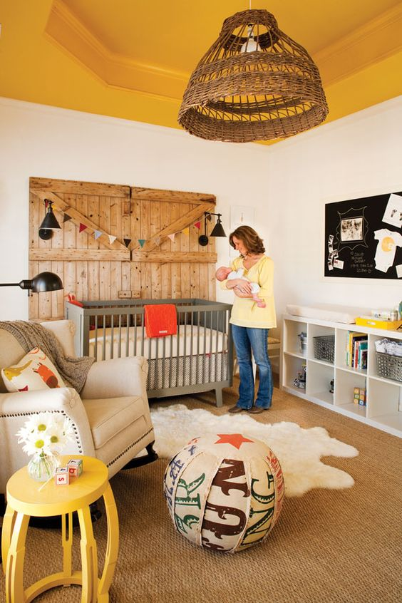 une chambre d'enfant rustique avec un plafond jaune, un mobilier gris et blanc, une porte en bois, un pouf coloré et des touches jaunes