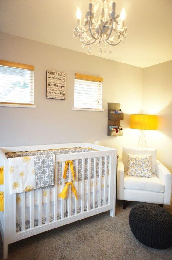 une petite chambre d'enfant neutre avec des meubles blancs, un pouf noir, des textiles imprimés gris et des touches de jaune ici et là