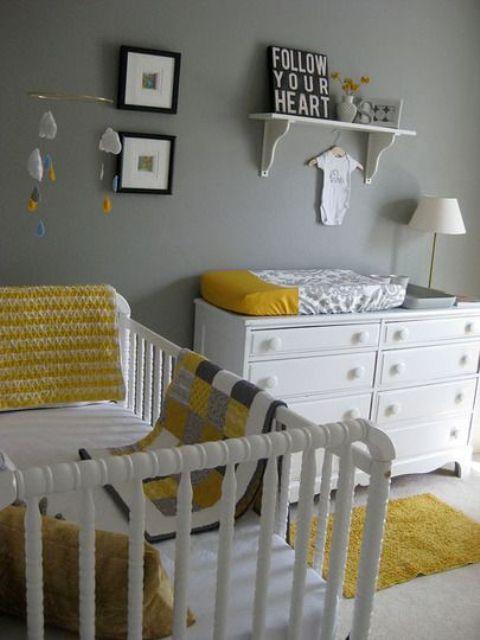 une chambre d'enfant grise et blanche simple et fraîche agrémentée de draps jaunes, avec un mobilier moderne et un petit mur de galerie