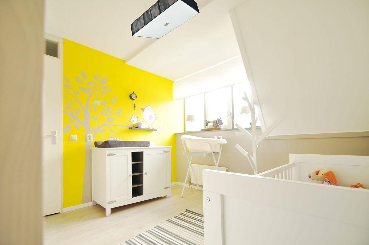 une chambre d'enfant jaune et blanche vivace avec un mur d'accent peint en jaune, des meubles avec des meubles, un tapis à rayures et une lampe confortable est wow