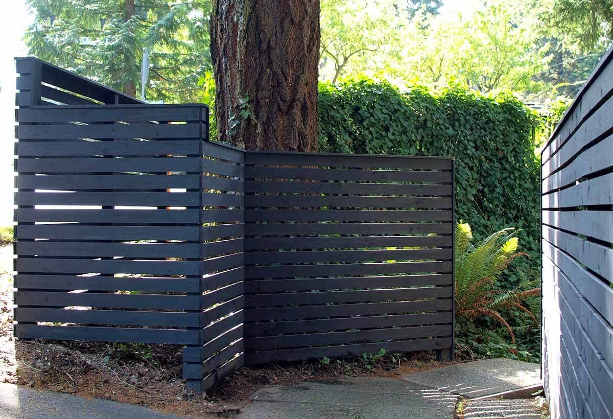 Clôture de jardin en bois sombre