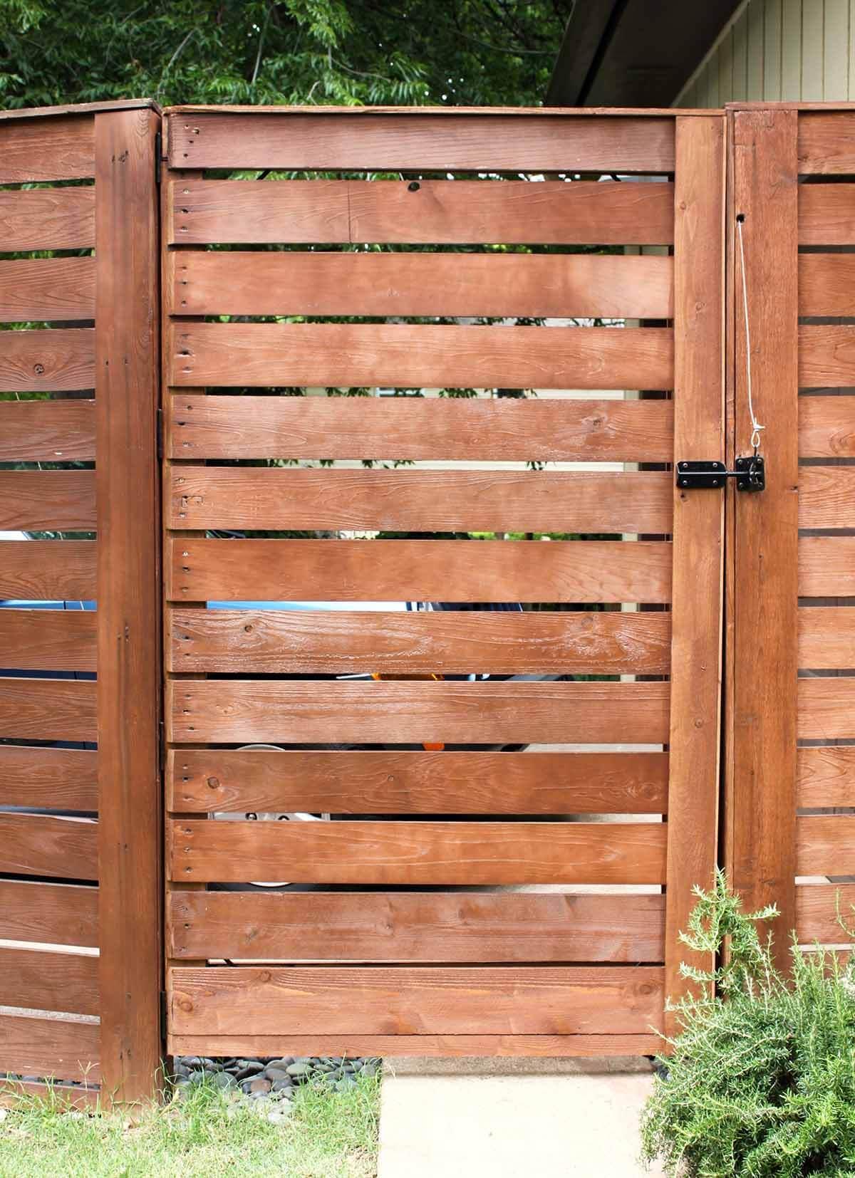 Grande clôture en planches de bois de cèdre