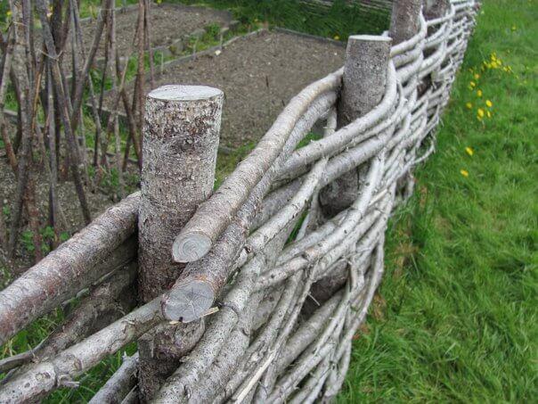 Clôture en bois tissé rustique en bois brut