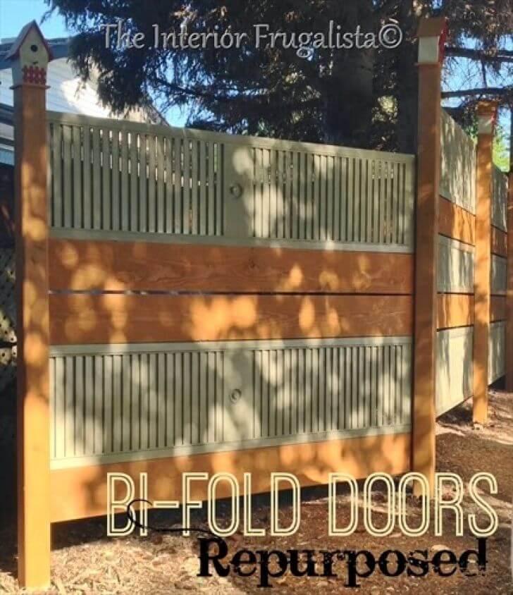 Porte pliante réutilisée et clôture en planches