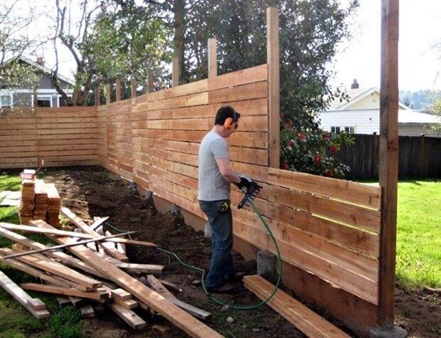 Clôture de bricolage en planches de bois large