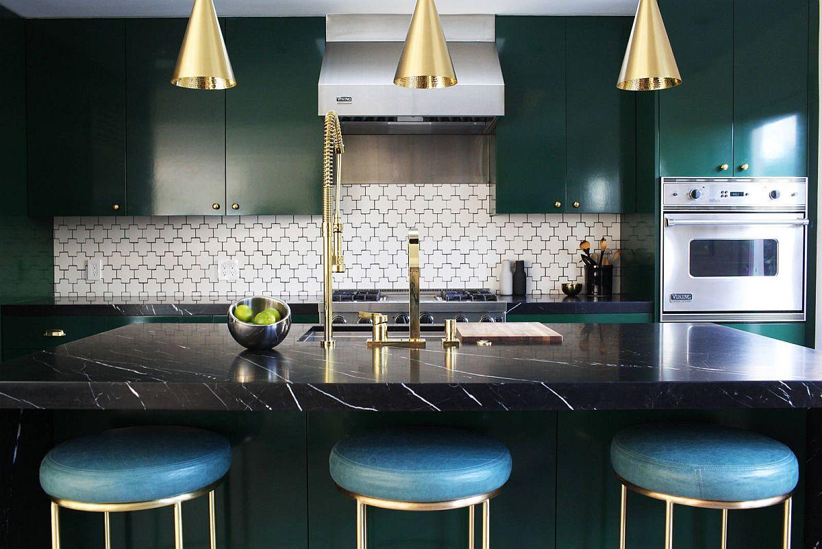 Les armoires vert foncé sont aussi belles dans les cuisines contemporaines que dans les cuisines traditionnelles et de ferme