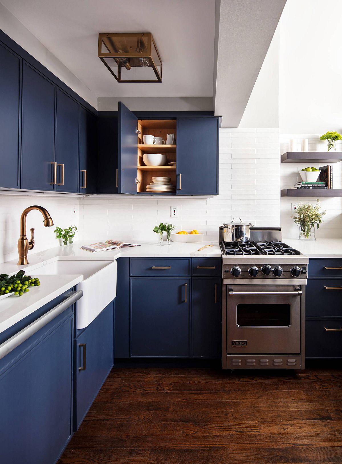 Cuisine new-yorkaise gaie et magnifique en blanc avec des armoires bleu foncé fringantes