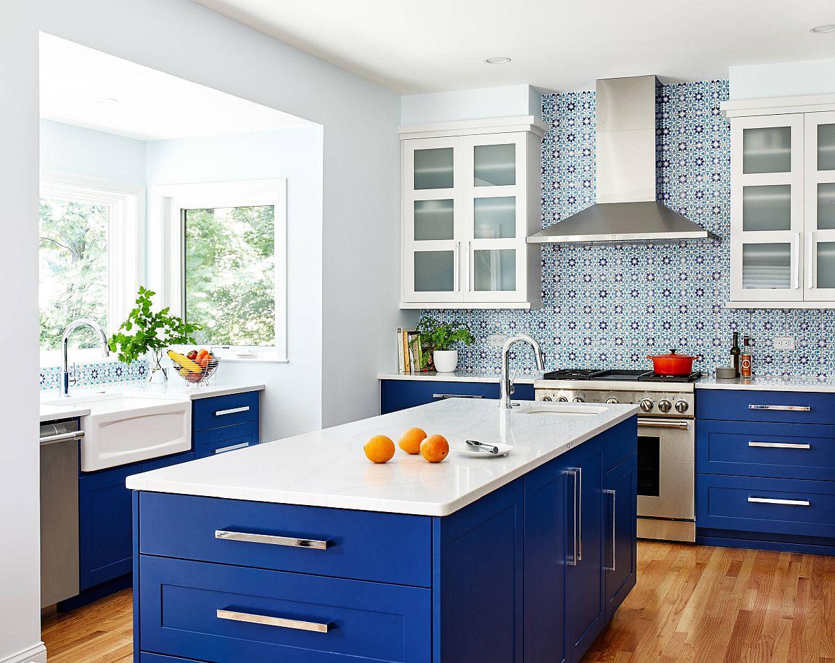 Le dosseret avec motif dans la cuisine accentue la beauté bleue de cette cuisine