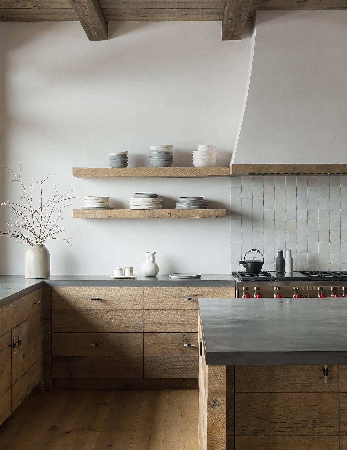 Le bois et le blanc sont une palette de couleurs populaire dans la cuisine moderne