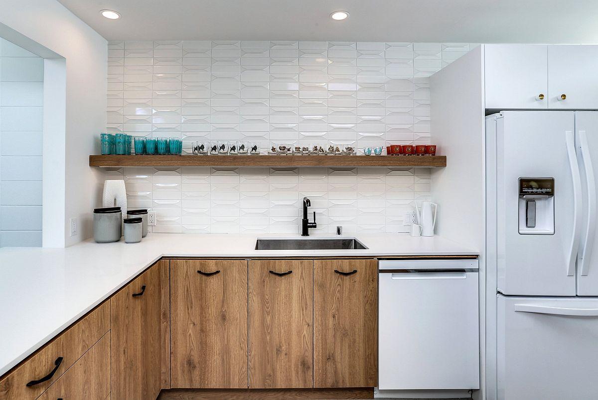 La toile de fond blanche dans la cuisine permet aux armoires en bois de briller à travers