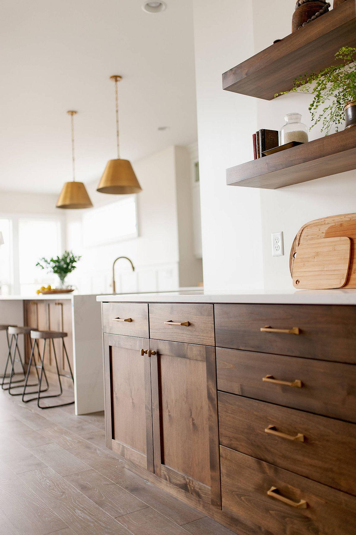 Étagères flottantes élégantes et armoires de style shaker en bois pour la cuisine de ferme moderne