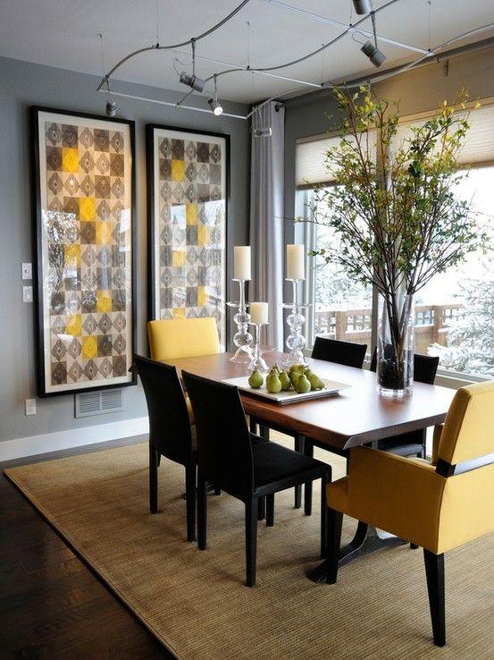 une salle à manger moderne et audacieuse avec des murs gris, une vue panoramique, des œuvres d'art audacieuses, une table à manger, des chaises noires et jaunes et des lumières accrocheuses