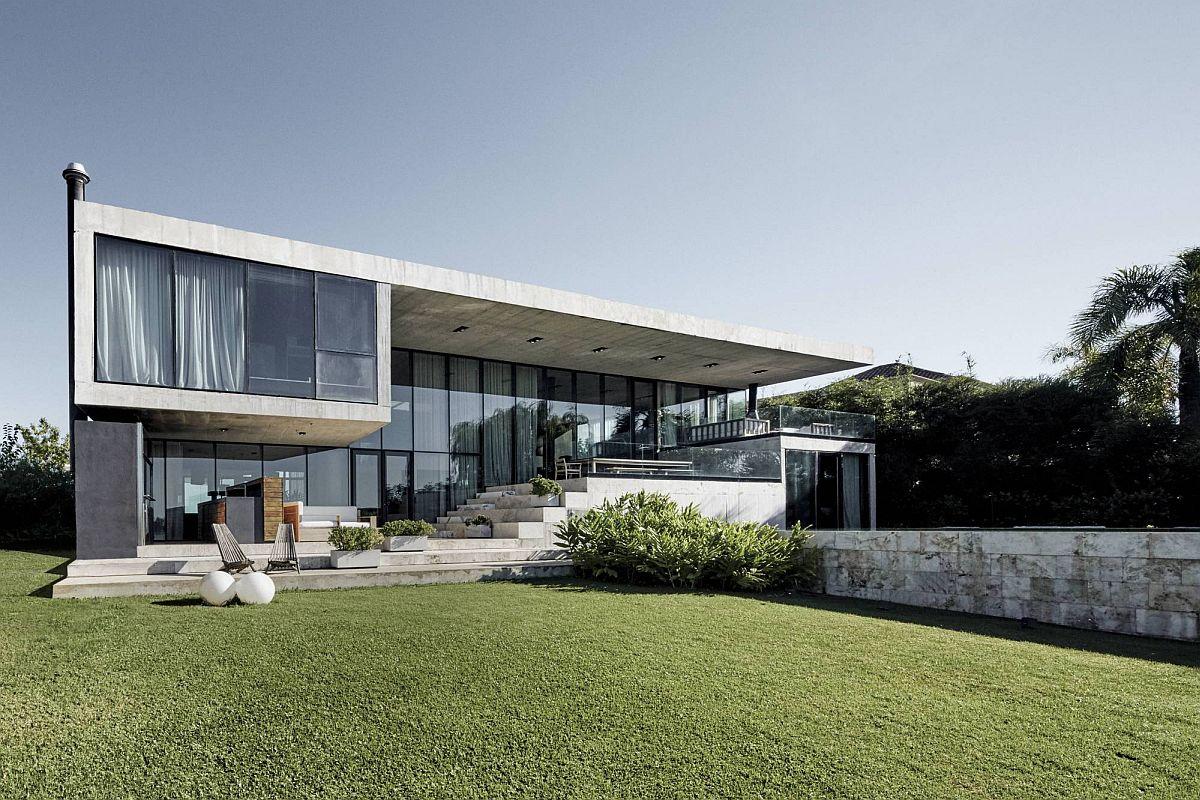 Vaste façade arrière de la maison contemporaine en Argentine avec de larges murs en verre