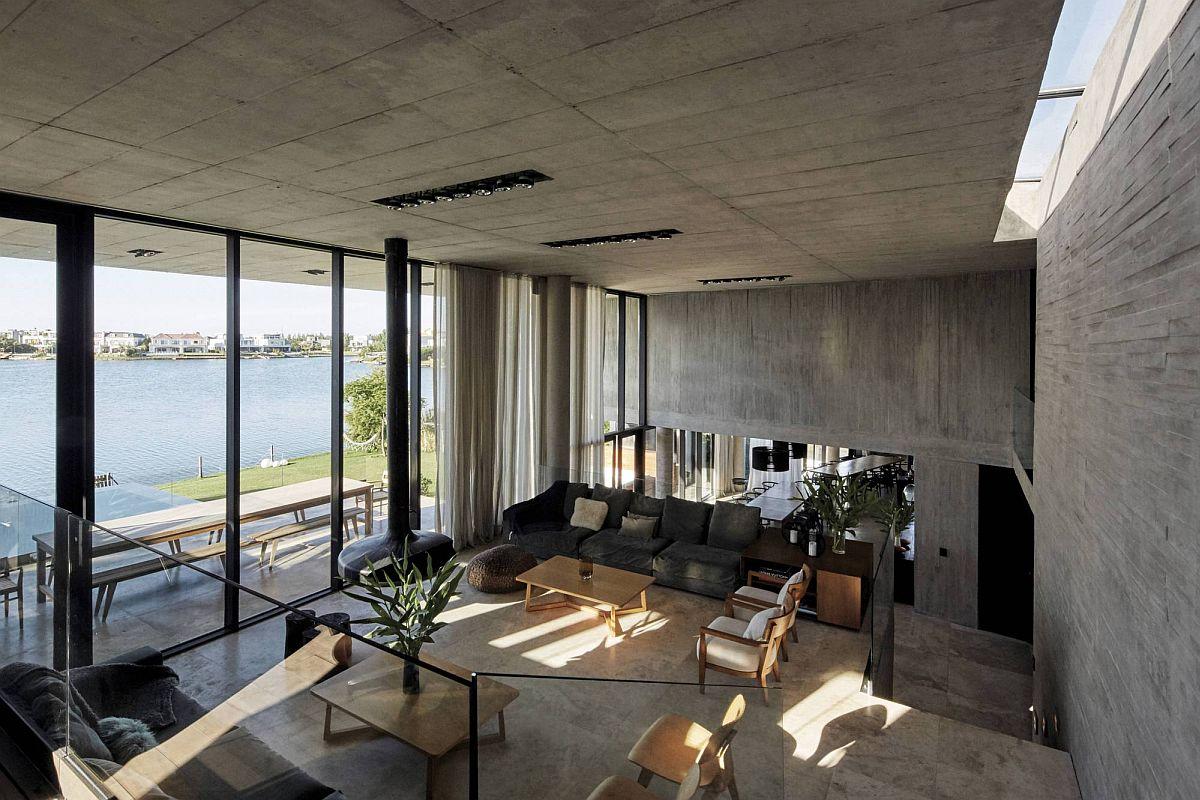 Bureau et coin salon de la maison avec vue sur le lac