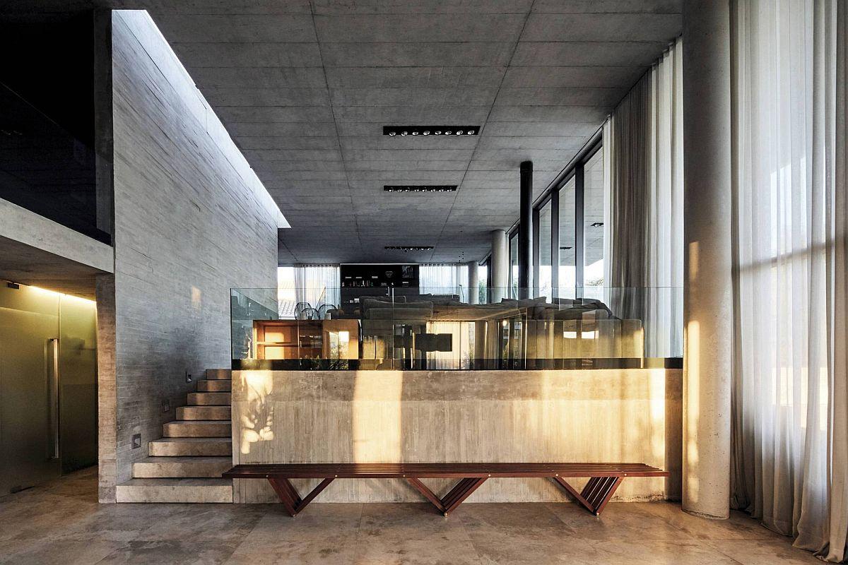 Le béton et le bois exposés créent la toile de fond neutra à l'intérieur de la maison