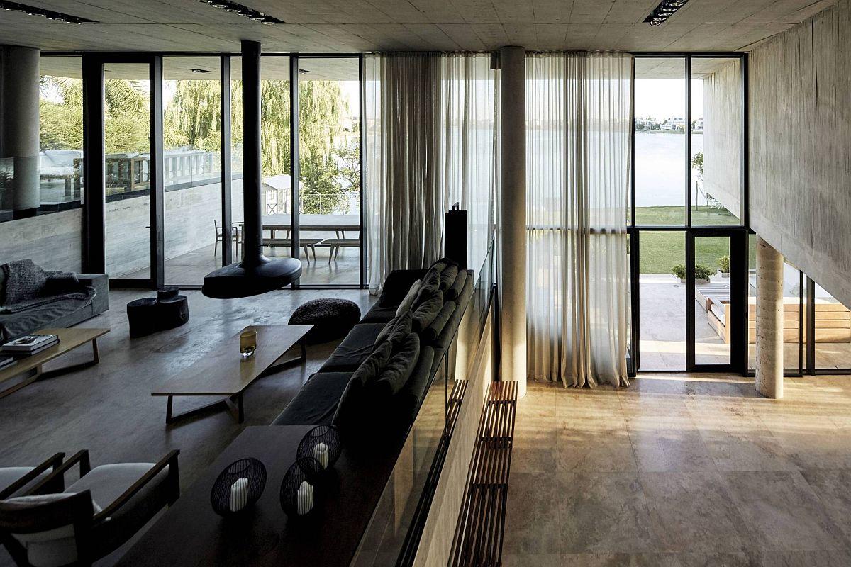 De grands rideaux transparents filtrent la lumière naturelle dans l'intérieur à plusieurs niveaux
