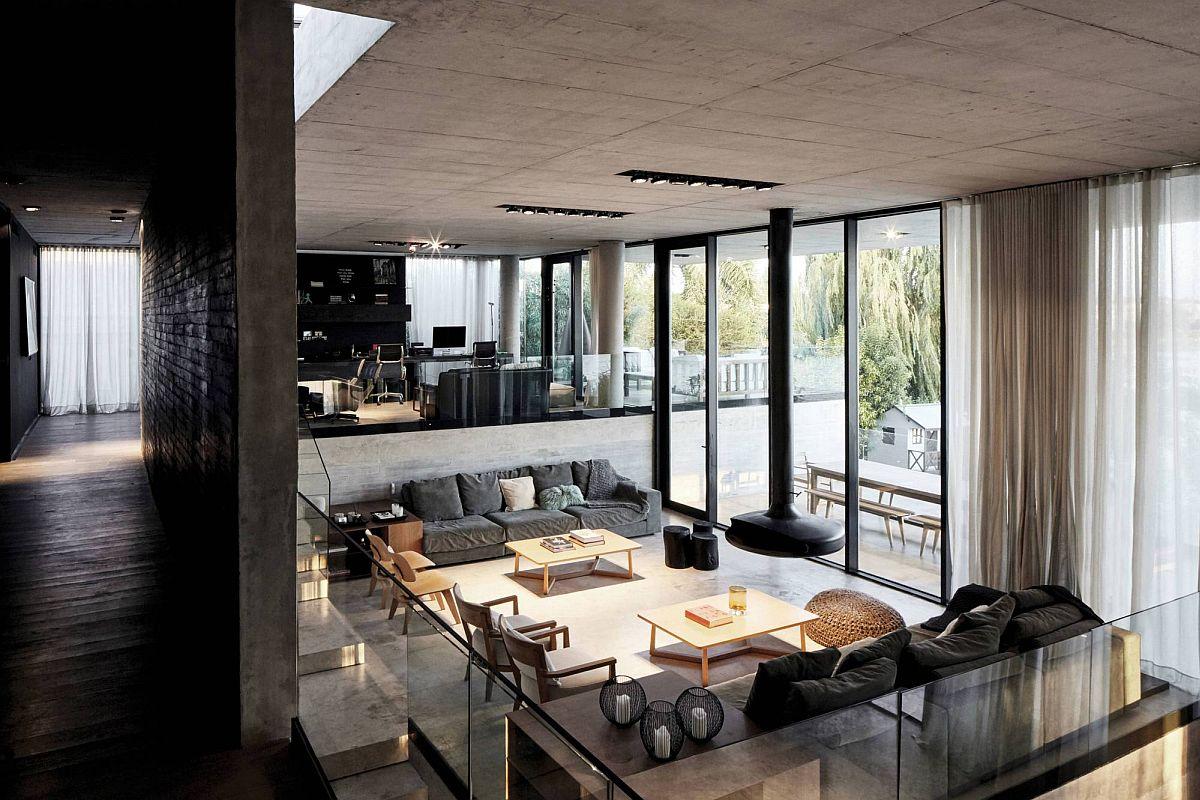 Intérieur de la maison à plusieurs niveaux avec bureau et coin salon au-dessus et espace de vie en dessous