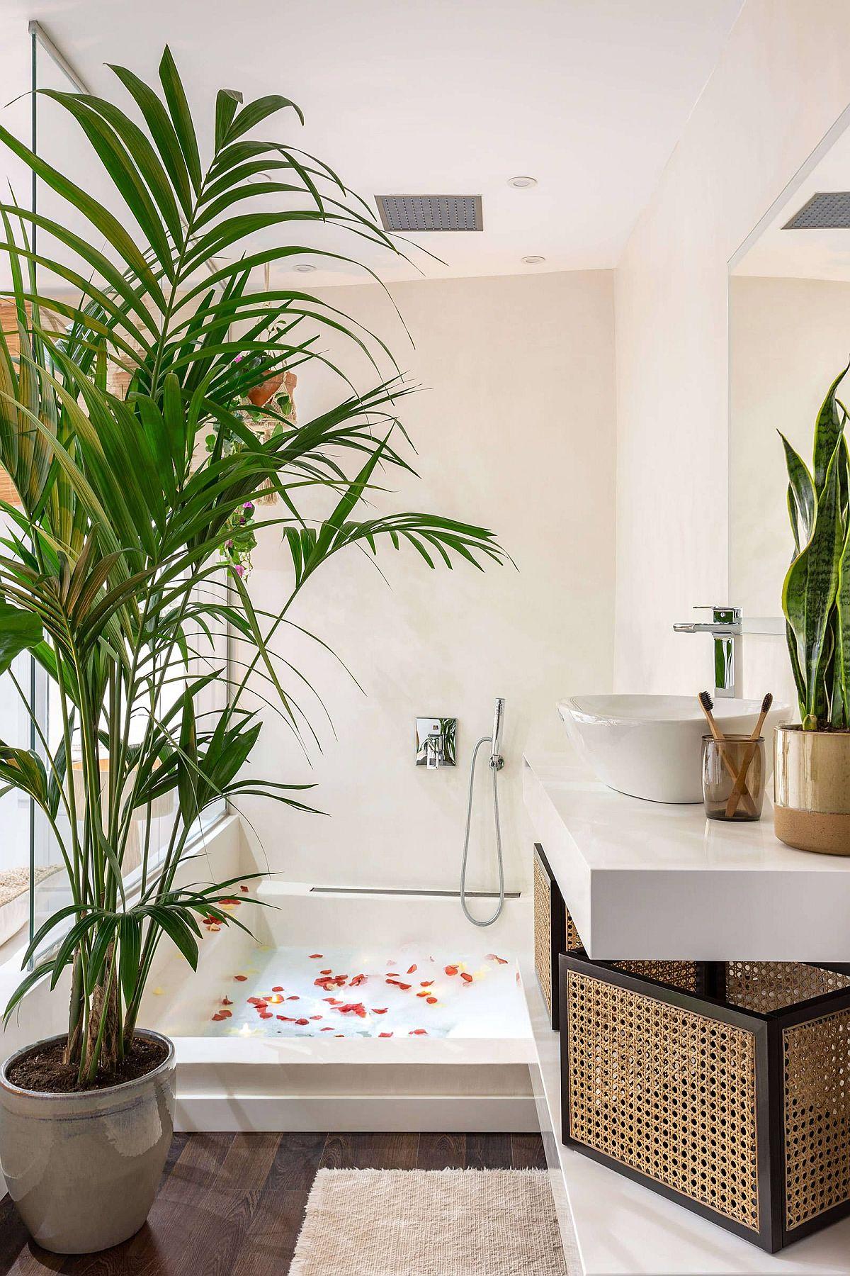 Salle de bain tropicale et élégante avec une belle baignoire