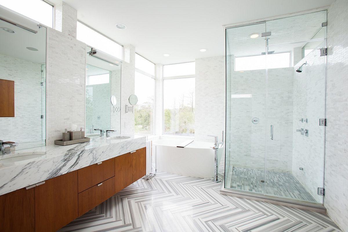 Fabuleuse salle de bain de style spa avec sol en marbre et comptoirs
