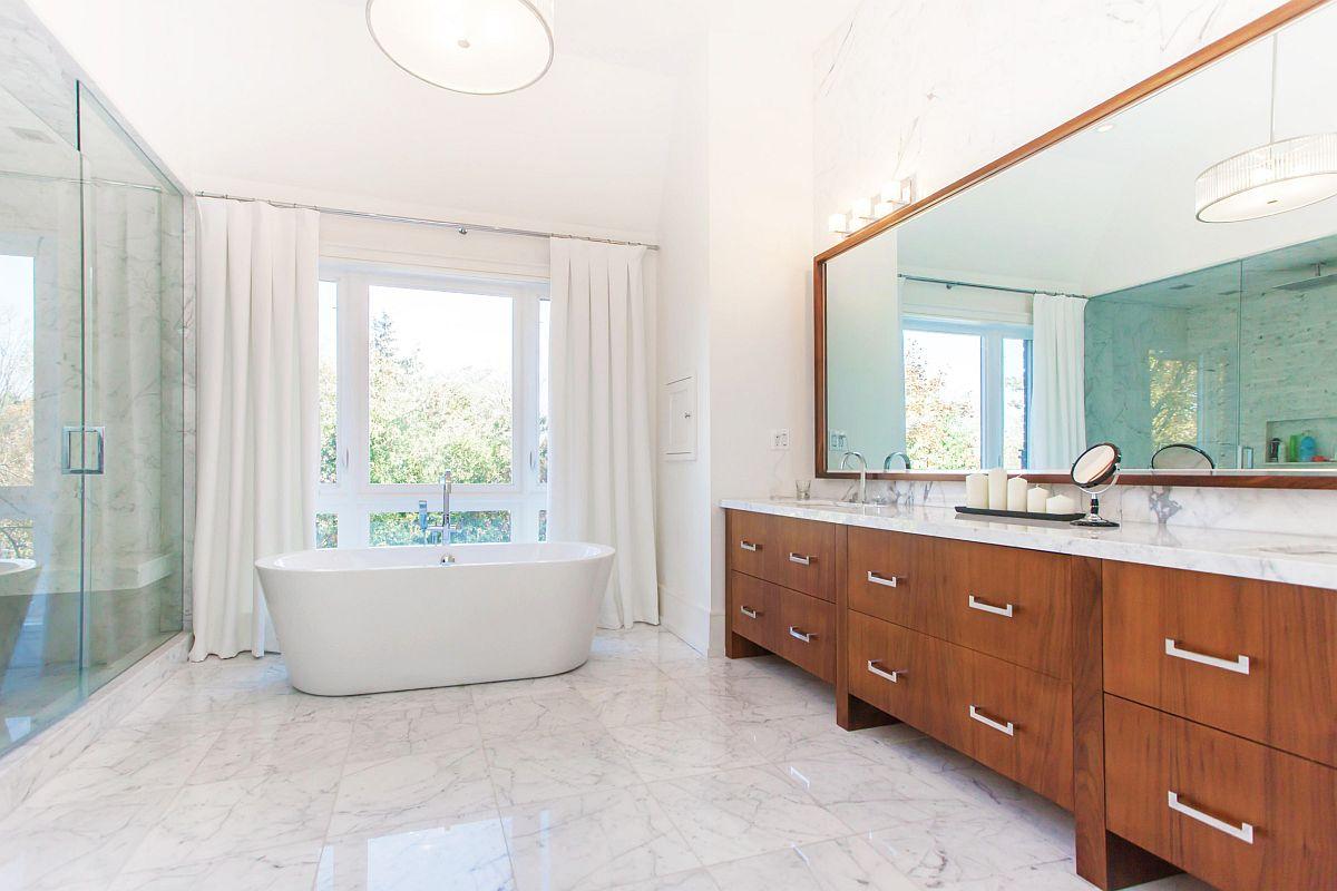 Balayage salle de bain contemporaine à côté de la chambre principale avec vanité en bois et sol en marbre