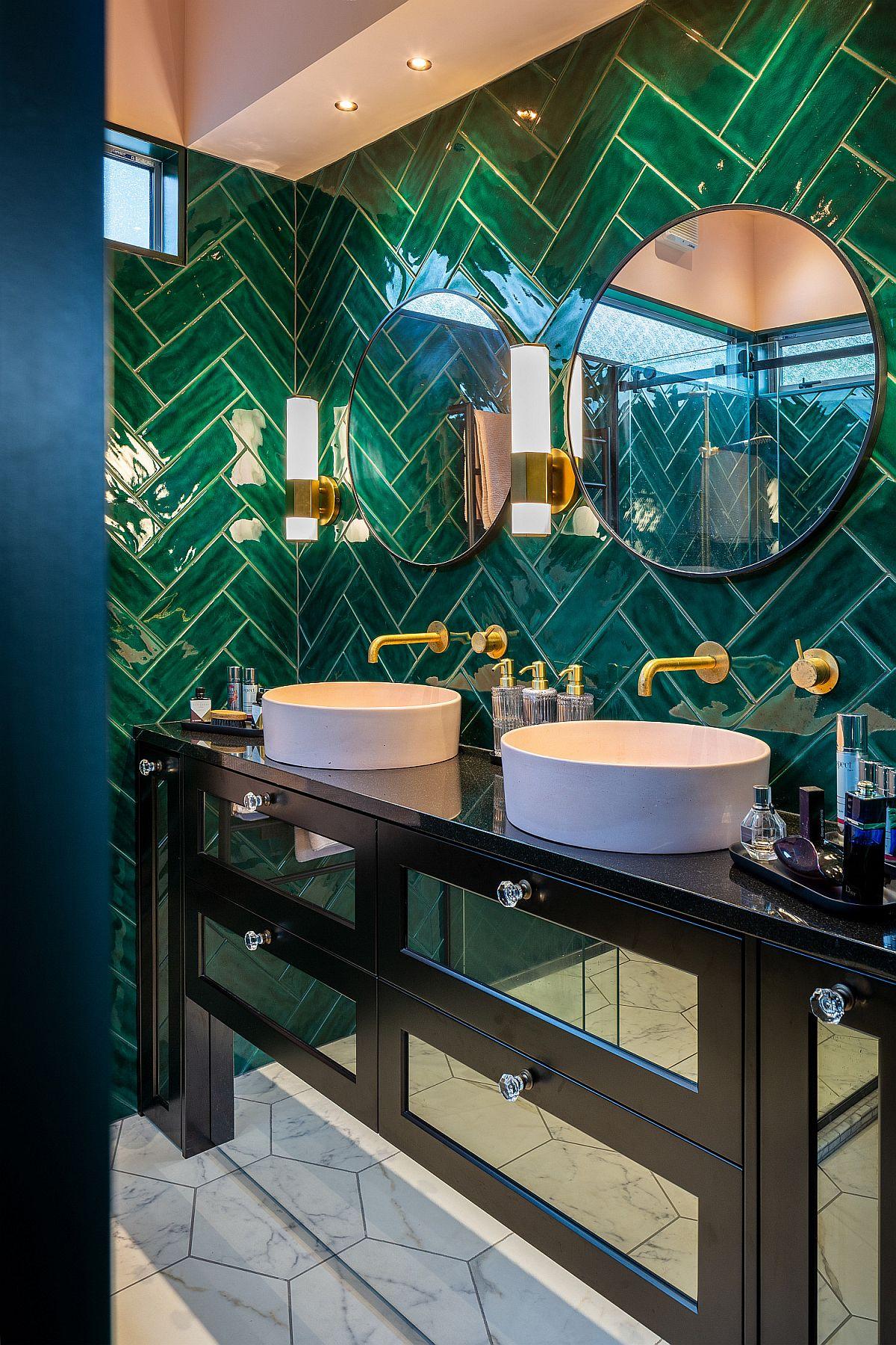 Salle de bains de style tropical moderne avec des carreaux verts fringants à chevrons