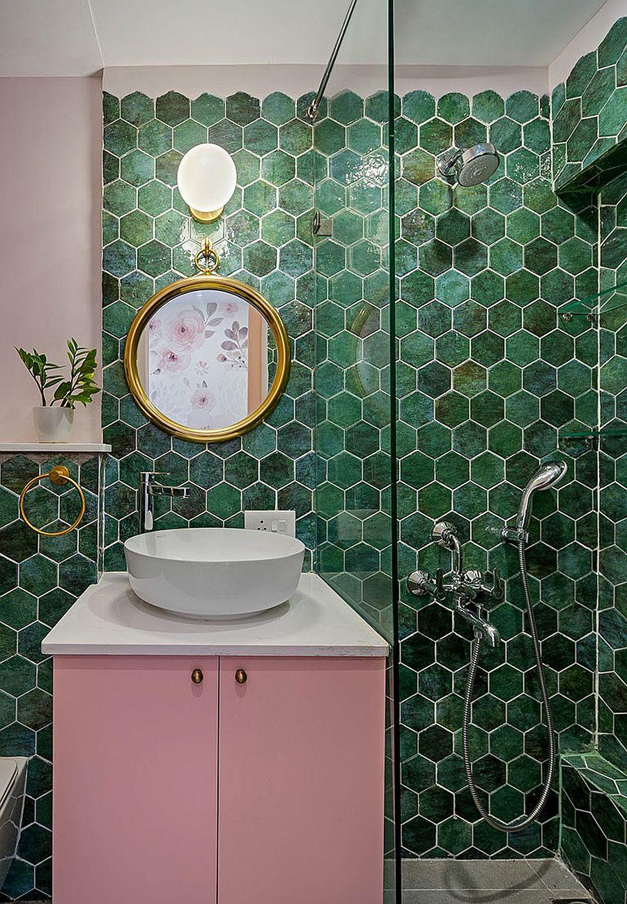 Salle de bain contemporaine avec des carreaux muraux hexagonaux dans différentes nuances de vert et une vanité rose éclatante