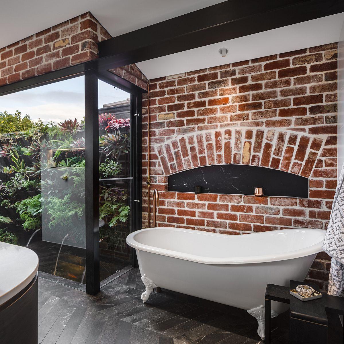 Salle de bains industrielle moderne avec un fond de mur de briques et de jolis accents noirs