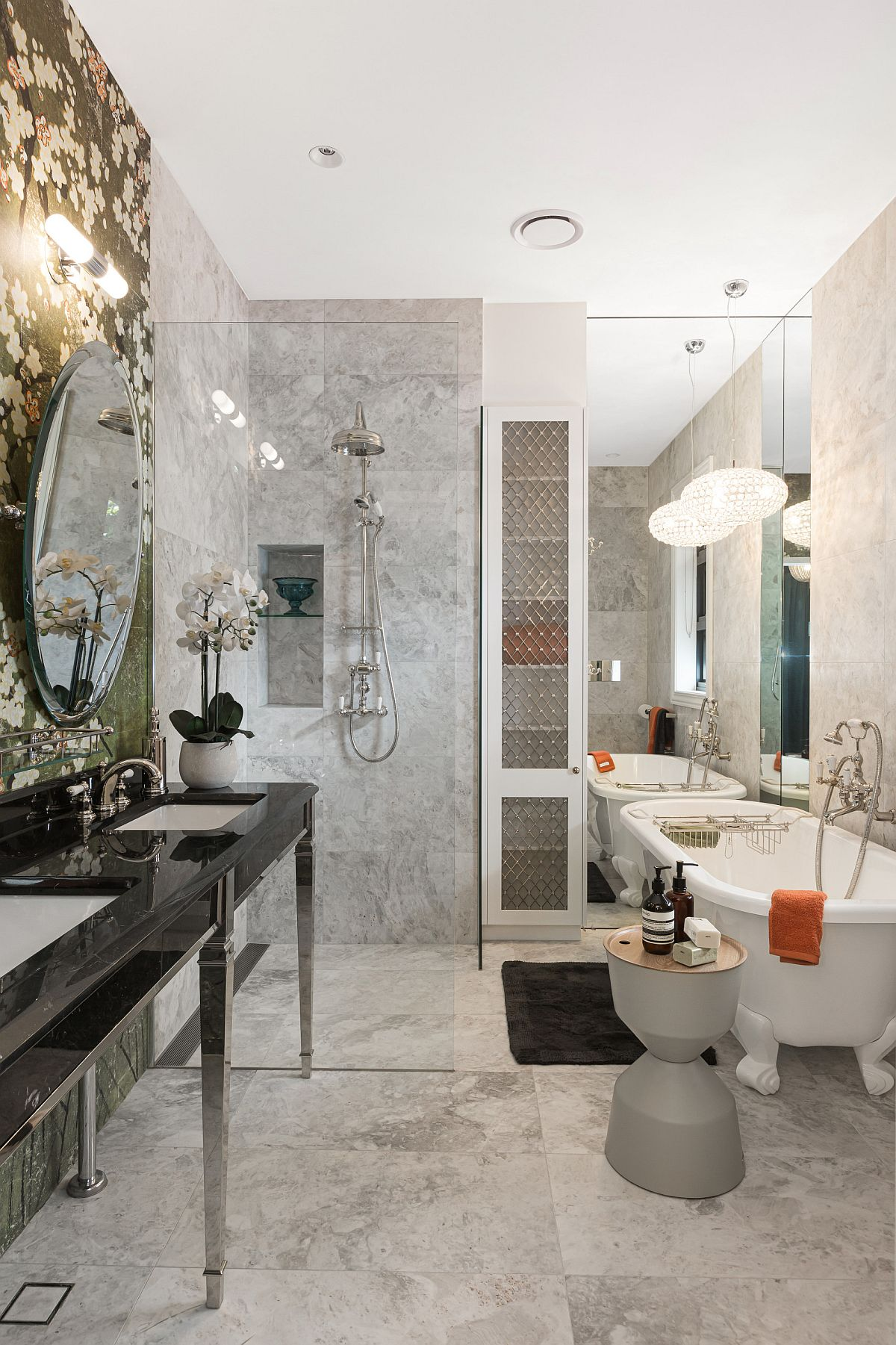 La vanité personnalisée en noir a le plus grand impact dans cette salle de bain moderne