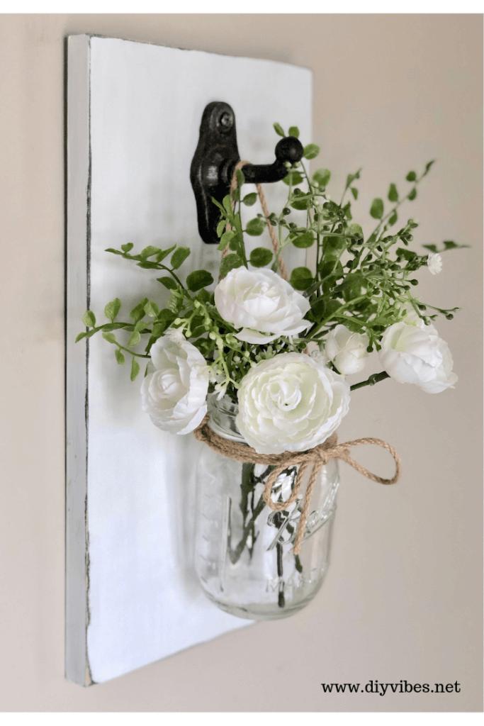 Plaque en bois avec vase à boule