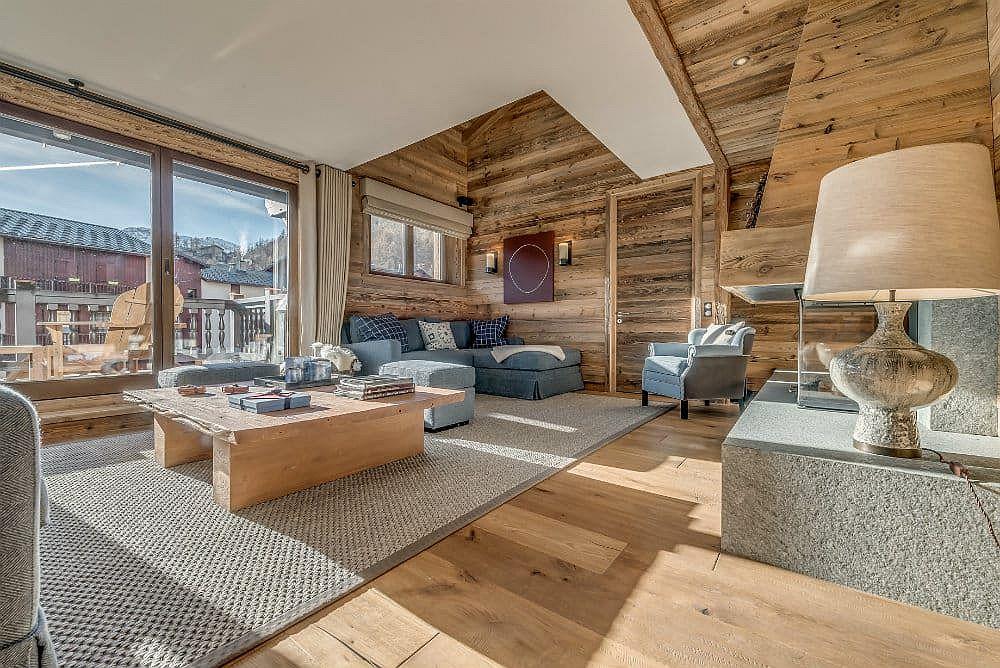 Salon de style alpin boisé de l'appartement de luxe à Val d'Isère avec une vue captivante