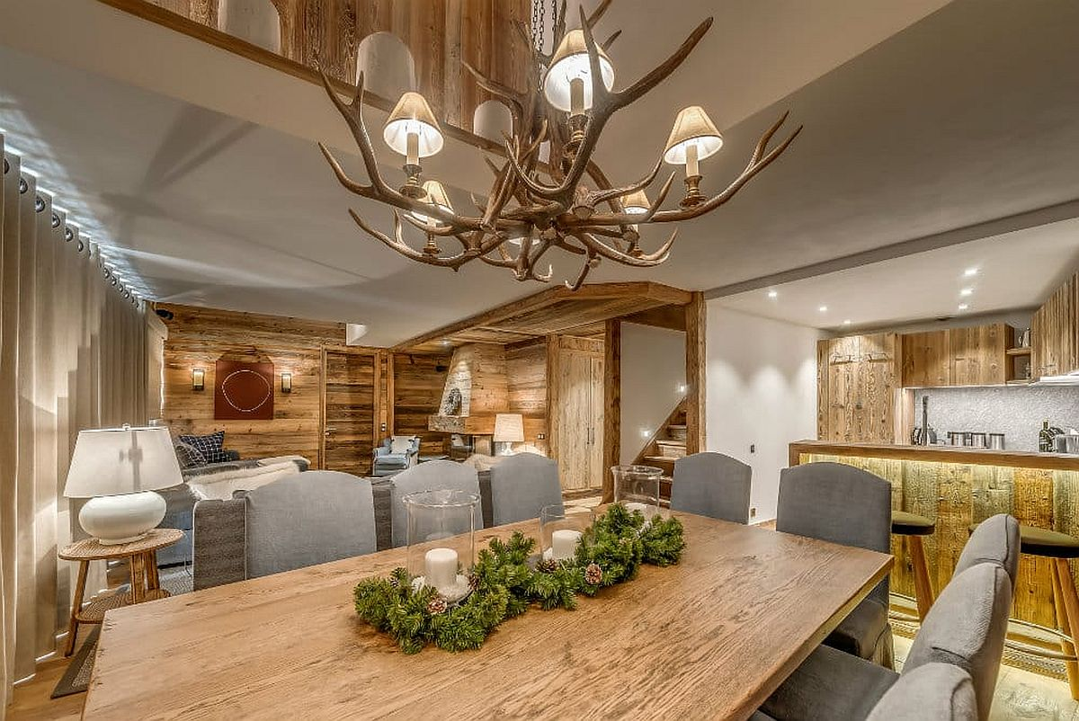 Lustre au-dessus de la table à manger avec un design unique qui le rend parfait pour l'évasion alpine