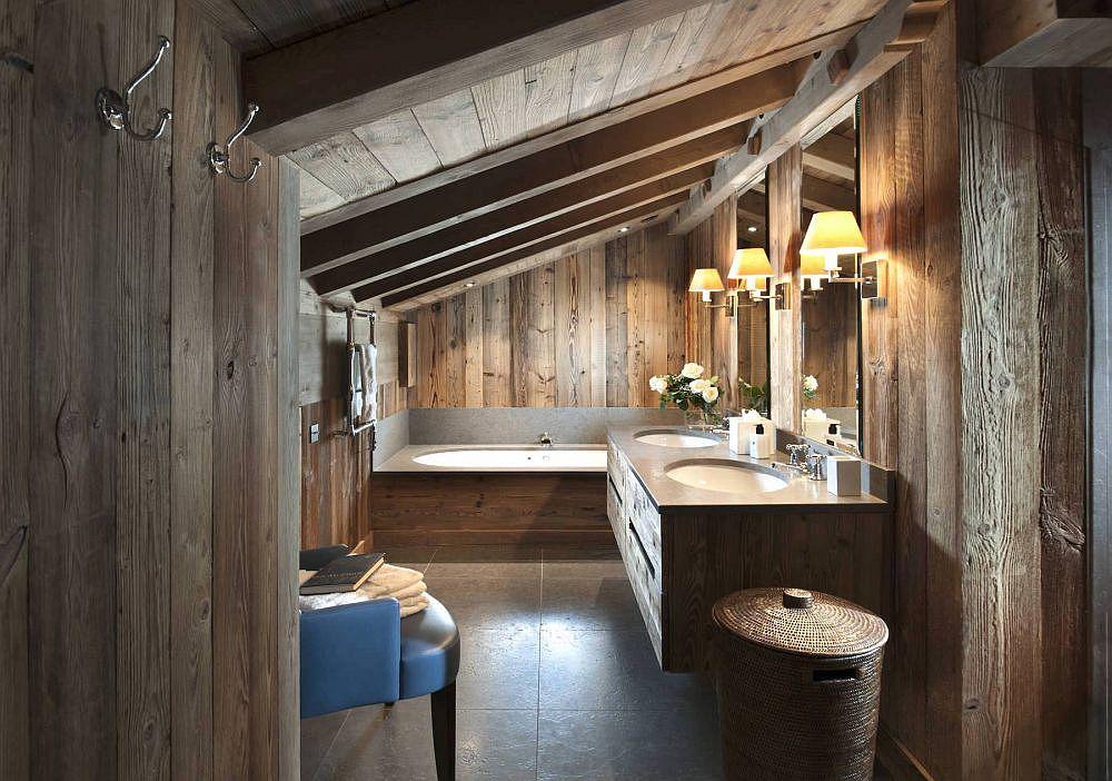 Salle de bain attenante de la chambre principale entièrement drapée de bois