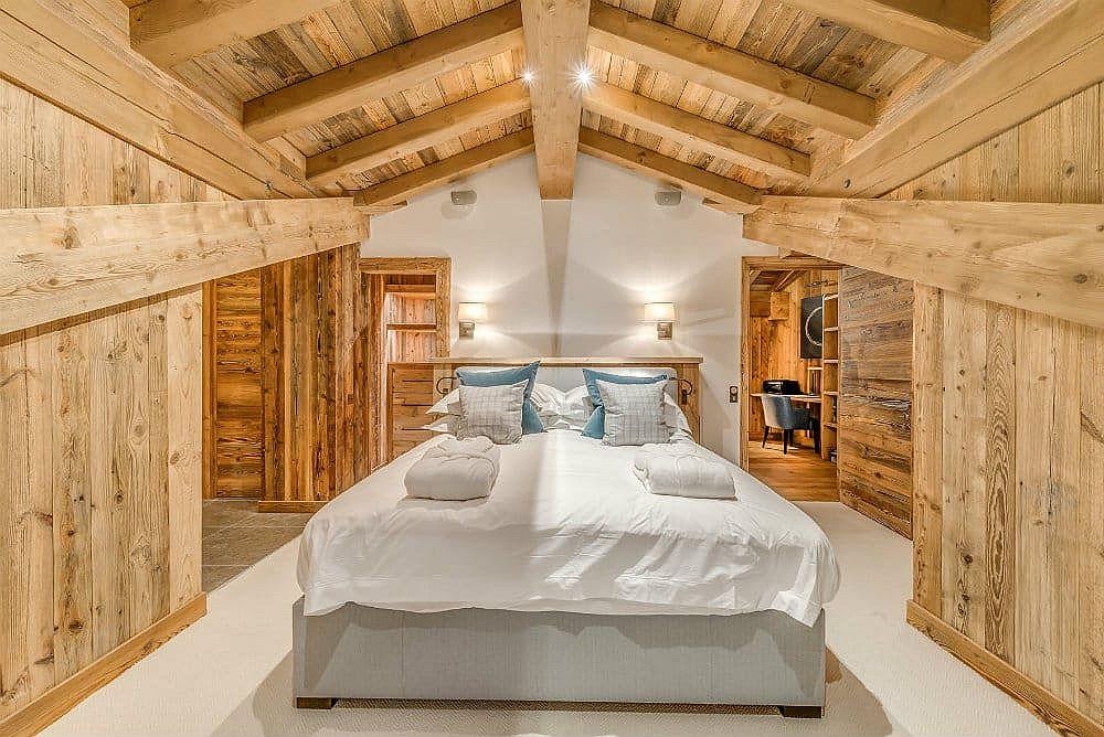 Chambre bois et blanc de l'escapade alpine de luxe à Val d'Isère