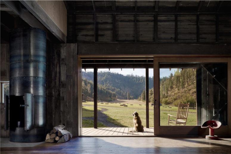 La maison est autant que possible intérieur-extérieur, il y a des portes vitrées pour apporter des vues et de la lumière dans
