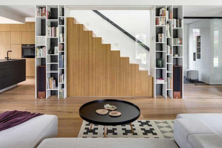 L'escalier minimaliste comprend des unités de rangement cachées pour plus de fonctionnalité