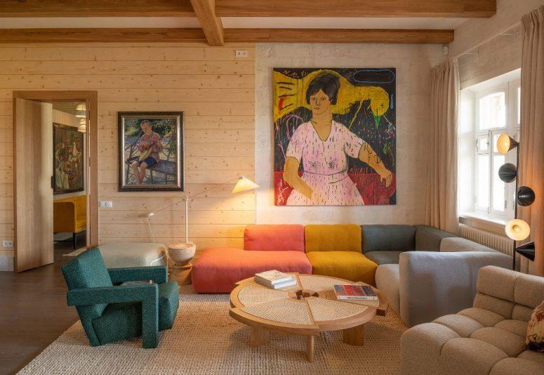 Des meubles et des œuvres d'art contemporains et lumineux complètent parfaitement les espaces neutres revêtus de bois