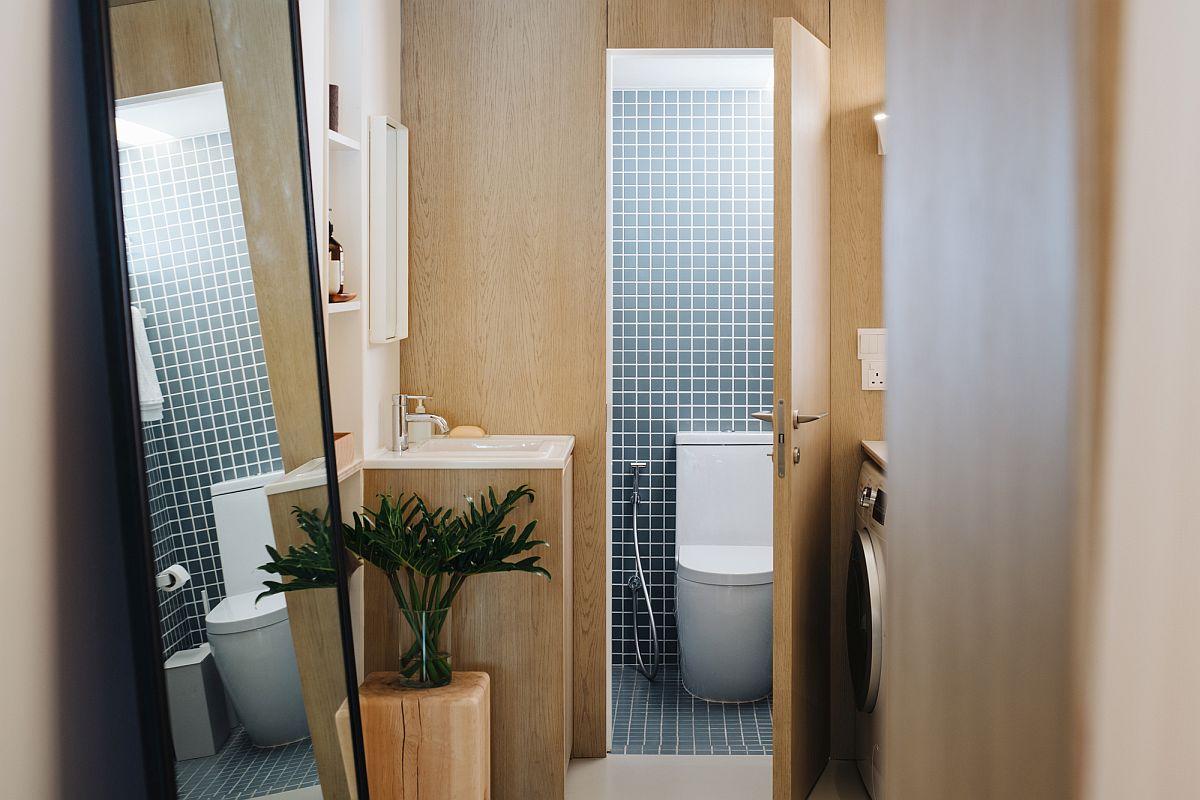 Les carreaux personnalisés ajoutent un motif à la salle de bain en bois et blanc