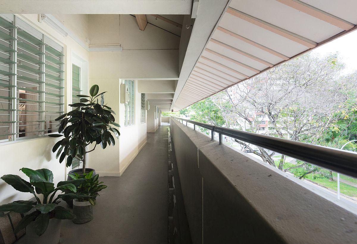 Long couloir du logement & amp;  Bâtiment du Conseil de développement qui contient l'appartement rénové