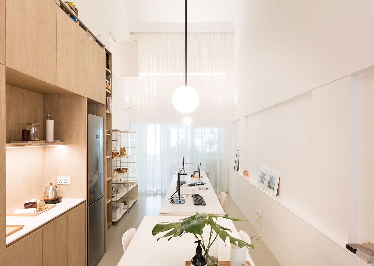 Espace de bureau avec étagères et bureaux intelligents pouvant facilement accueillir quelques personnes