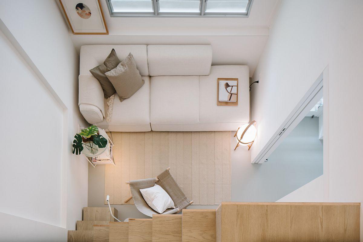 Salon ultra-petit de la maison avec un canapé qui s'intègre parfaitement dans