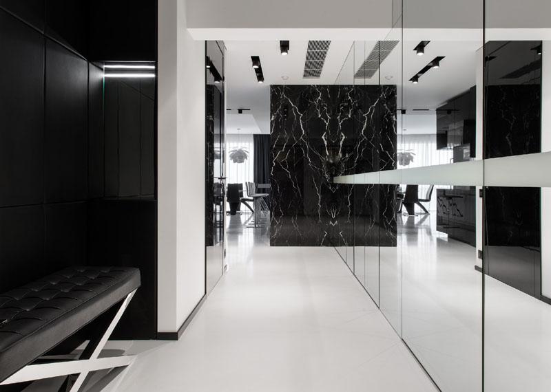 Couloir de l'appartement noir et blanc