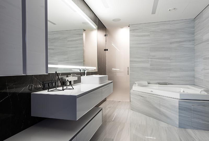 Salle de bain appartement noir et blanc