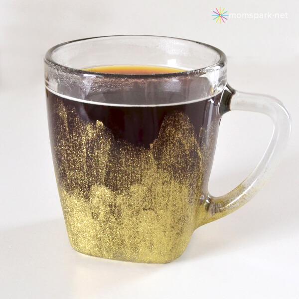 Tasse en verre peint en or élégant et artistique