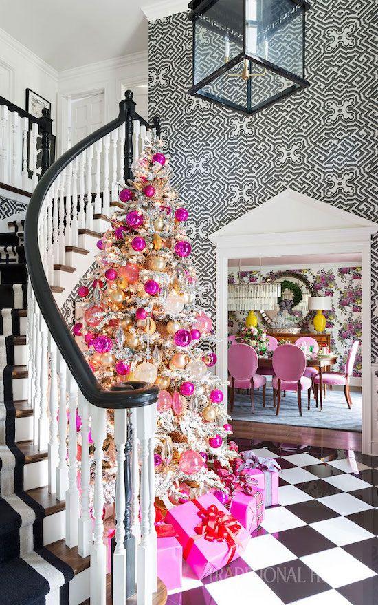 un arbre de Noël glam floqué décoré de nombreux ornements roses