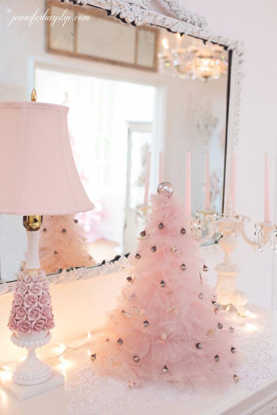 un sapin de Noël à volants rose décoré de minuscules ornements métalliques ajoute une sensation glamour cool et chic à cet espace vintage