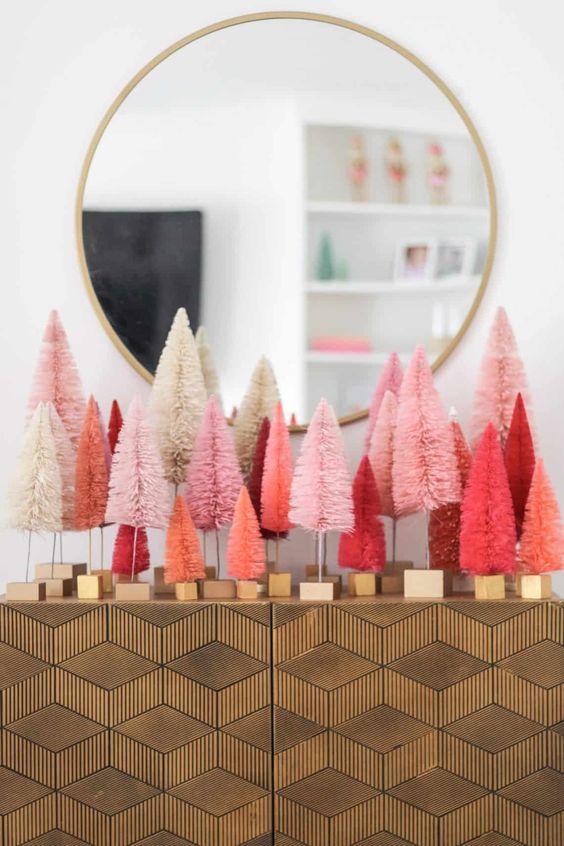 un arrangement de sapins de Noël en guirlandes de corail et roses et rouges sur votre console donnera une ambiance festive et moderne à l'entrée