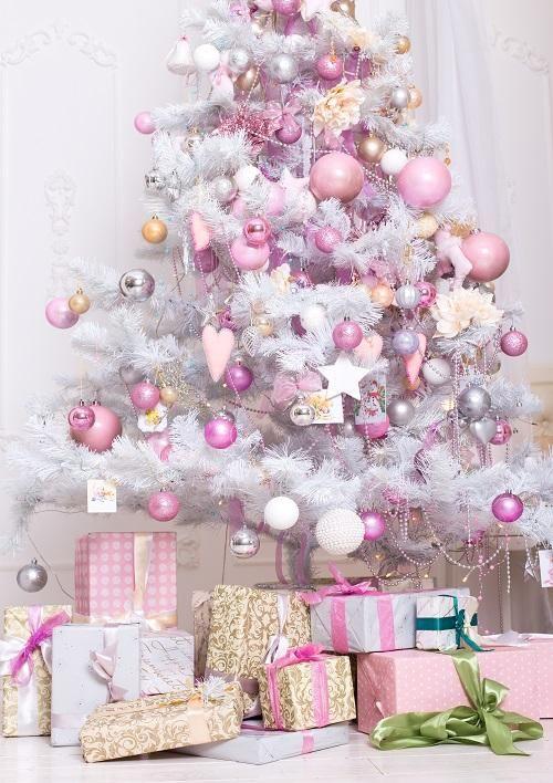 un arbre de Noël blanc avec des ornements blancs, rose clair, mauve et rose vif, des perles, des touches d'argent est un pur glamour et chic