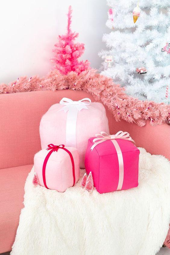 coffret cadeau rose funky coussins de vacances, une guirlande de sapin rose et un mini sapin de Noël rose vif décor glam et chic de Noël