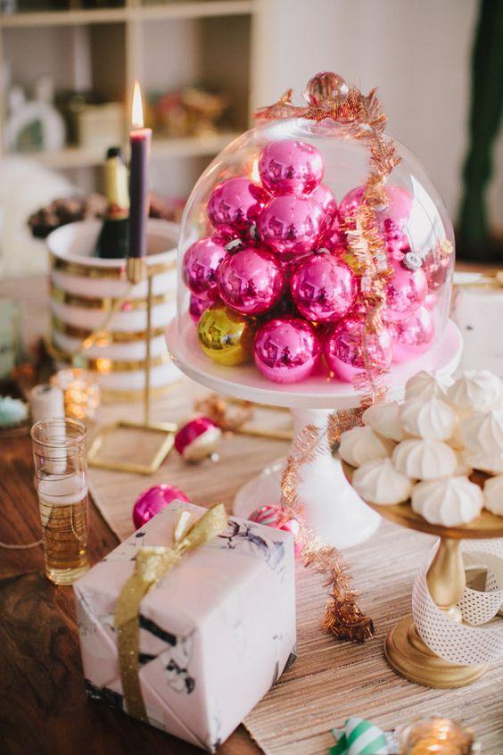 Les décorations de Noël rose vif dans une cloche deviendront une jolie pièce maîtresse de Noël ou une décoration pour une table à dessert